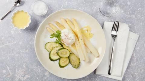 Asperges, courgettes, sauce hollandaise et œufs pochés