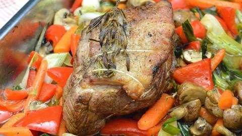Rôti de veau sur lit de légumes et sauce au vinaigre balsamique
