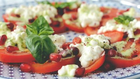 Salade de tomates et de cottage cheese