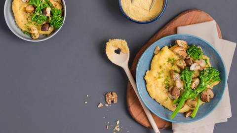 Polenta crémeuse au fromage avec bimi et champignons