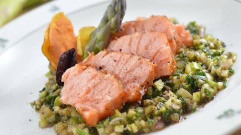 Filet de dos de saumon tranché sur sa vinaigrette aux asperges
