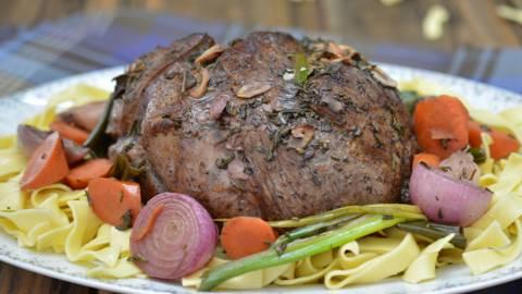 Gigot d'agneau au vin rouge avec tagliatelles