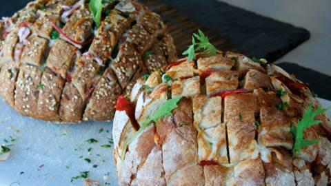 Pain garni au jambon et à la mozzarella