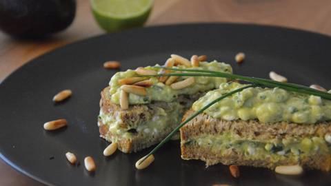 Sandwich avocat-cottage cheese