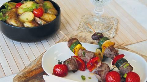 Brochettes de bœuf de pâturage bio aux légumes et aux pommes de terre sautées