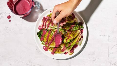 Salade rôtie, sauce aux myrtilles