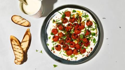 Tomates grillées avec du yogourt
