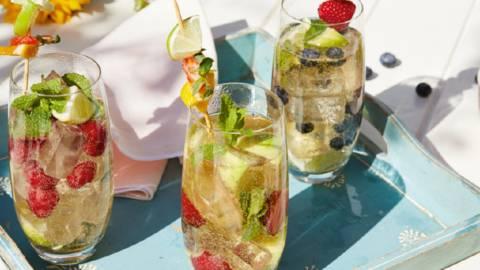 Cocktail estival à base de vin mousseux, citron vert, baies et menthe