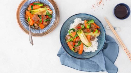 Wok thaïlandais avec ragoût de porc et riz jasmin