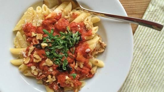 Penne et sauce tomates-pruneaux