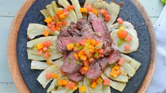 Steak de bœuf rib-eye, fenouil grillé et sauce à la pastèque et à l'abricot