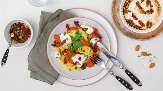 Ricotta au miel cuite au four avec tagliolini, sauce romesco et vinaigrette au persil