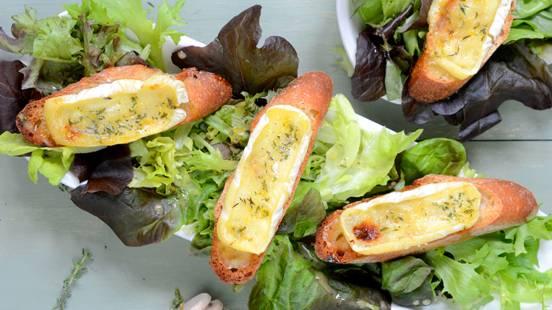 Crostini gratinés au miel et au fromage avec salade verte