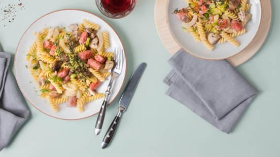 Salade tessinoise de pâtes et saucisse avec fenouil et champignons grillés