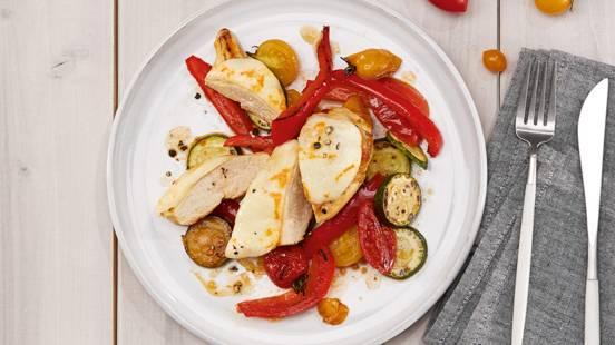 Filet de poulet gratiné sur son lit de légumes