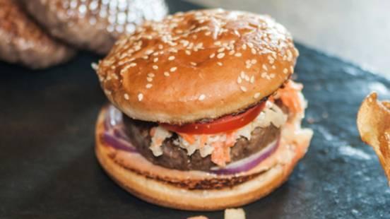 Hamburger de bœuf au coleslaw