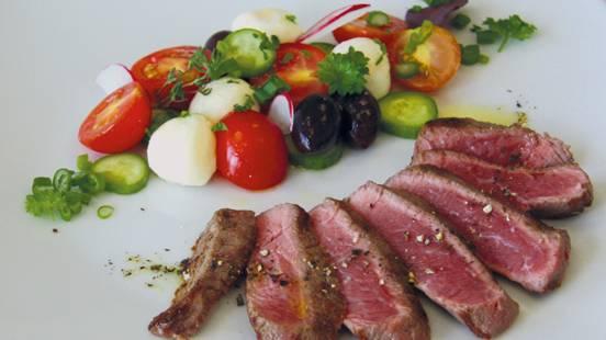 Entrecôte et salade de tomates fraîches à la mozzarella et aux olives