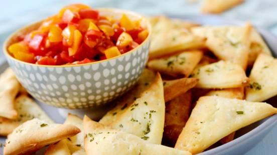 Triangles de pizza avec salsa aux tomates