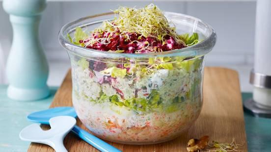 Salade composée gourmande et sauce feta