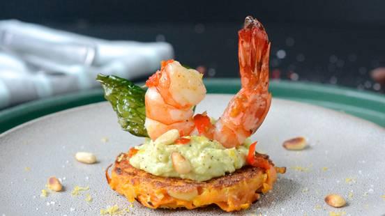 Crevettes géantes à la crème d'avocat sur rösti de patate douce