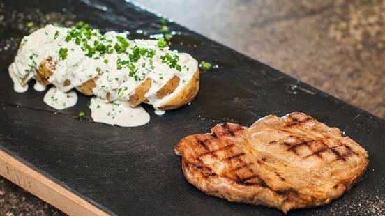Steak de cou de porc avec pommes de terre grillées et salade de pommes de terre