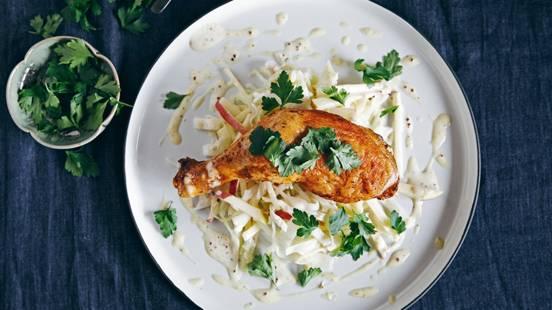 Cuisses de poulet, salade de chou blanc et mayonnaise à la moutarde