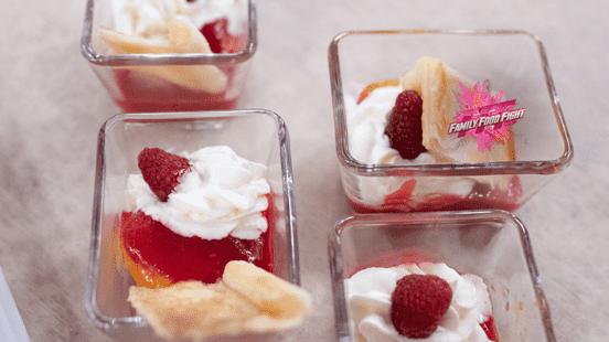 Family Food Fight: Abricots flambés, coulis aux framboises et crème fouettée