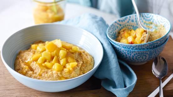 Porridge aux fruits secs et aux amandes et compotée de pêche et de mangue