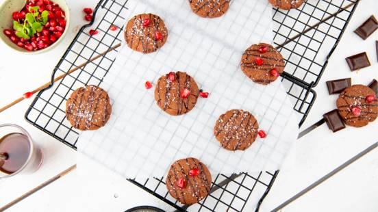 Cookies protéinés et végétariens joliment garnis