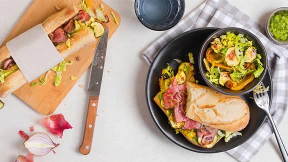 Sandwich à l'entrecôte avec légumes cuits au four et salade croquante