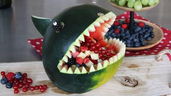 Requin en pastèque garni de salade de fruits