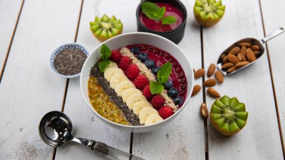 Smoothie bowl végan aux fruits rouges