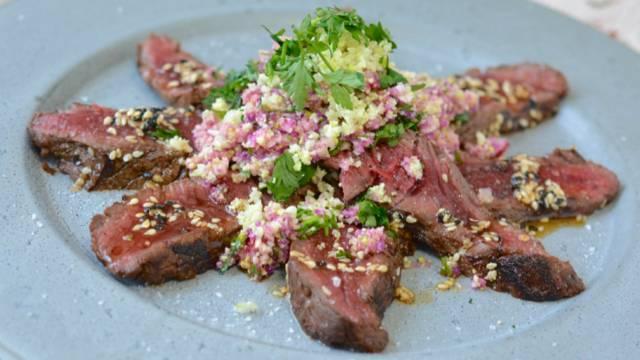 Tataki de cheval et sa sauce au sésame, couscous de chou-fleur
