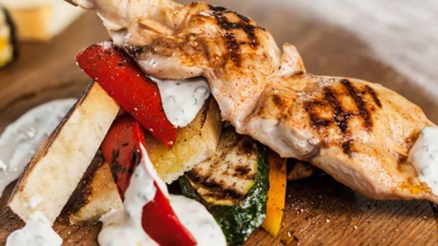 Brochettes de cuisse de poulet et légumes grillés façon antipasti
