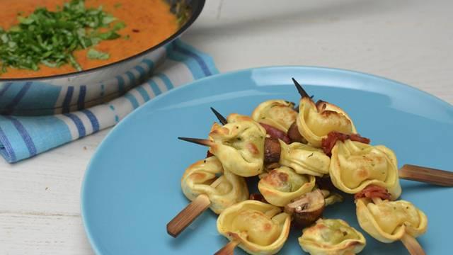 Brochettes de tortelloni grillées avec une sauce aux tomates cerises