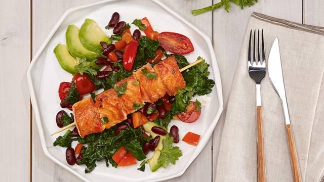 Brochettes de saumon avec chou vert et avocat