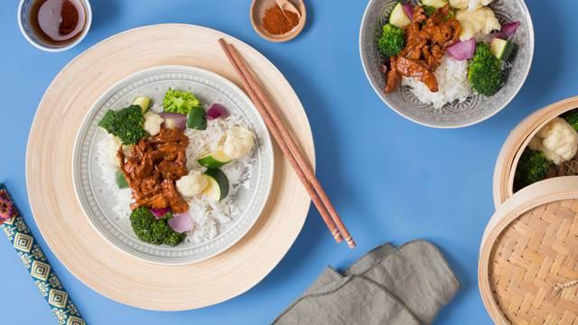Bulgogi coréen de veau avec légumes à l'étuvée et riz basmati léger