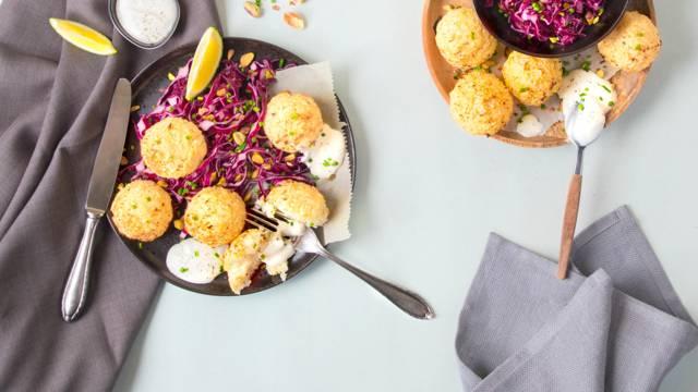 Falafels de chou-fleur avec crème acidulée et salade de chou rouge