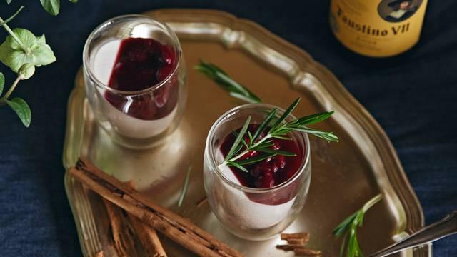 Pana cotta à la cannelle et griottes au vin chaud