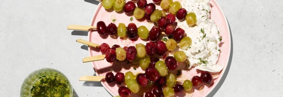 Brochettes de raisins grillés à la burrata