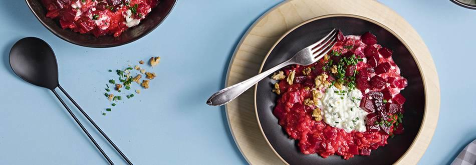Risotto à la betterave rouge avec cottage cheese et noix caramélisées