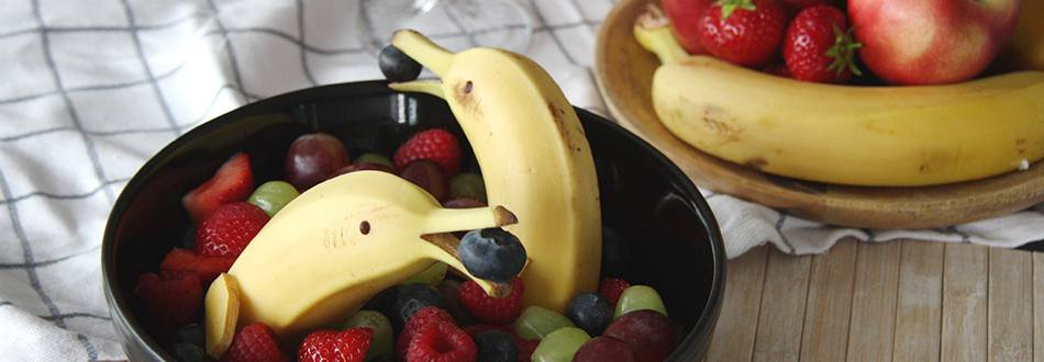 Dauphin en banane avec des fruits