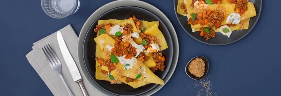 Lasagnes ouvertes avec sauce bolognaise et crumble méditerranéen