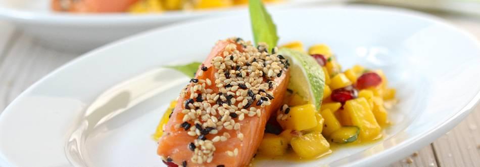 Filet de saumon recouvert de sésame, sauce à la mangue