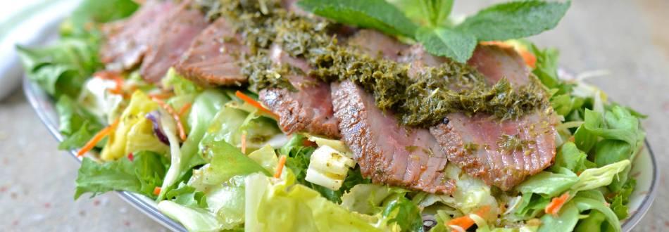 Salade au filet d'agneau et sauce à la menthe