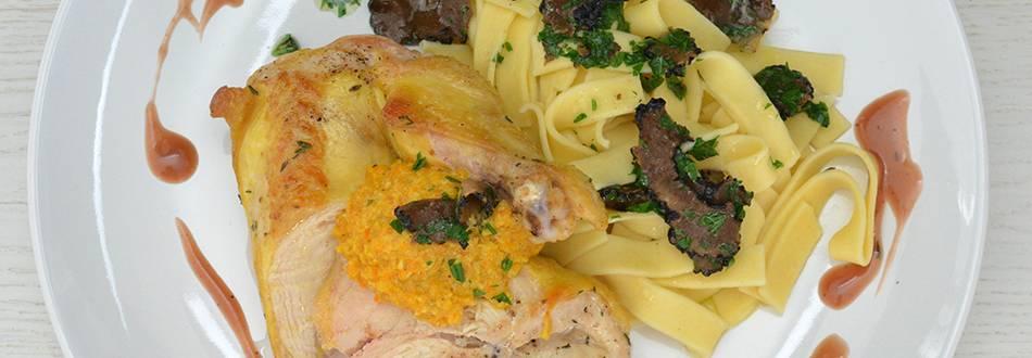 Blancs de poularde de mais au pesto de carottes avec nouilles au carpaccio de persil