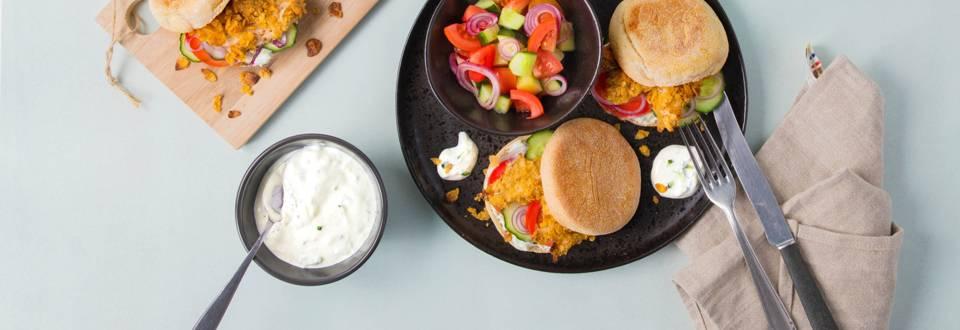 Pita avec poulet croustillant, salade grecque et tzatziki