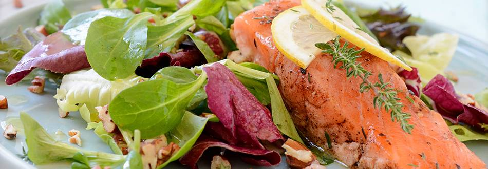 Saumon poêlé sur lit de salade
