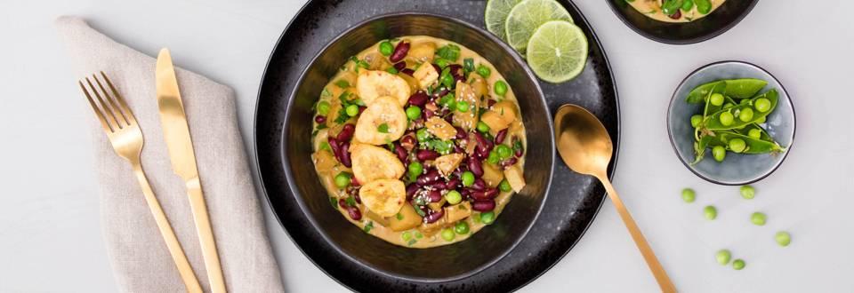 Curry aux bananes plantains avec petits pois frais