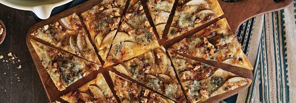 Tarte flambée au gorgonzola, aux poires et aux noix